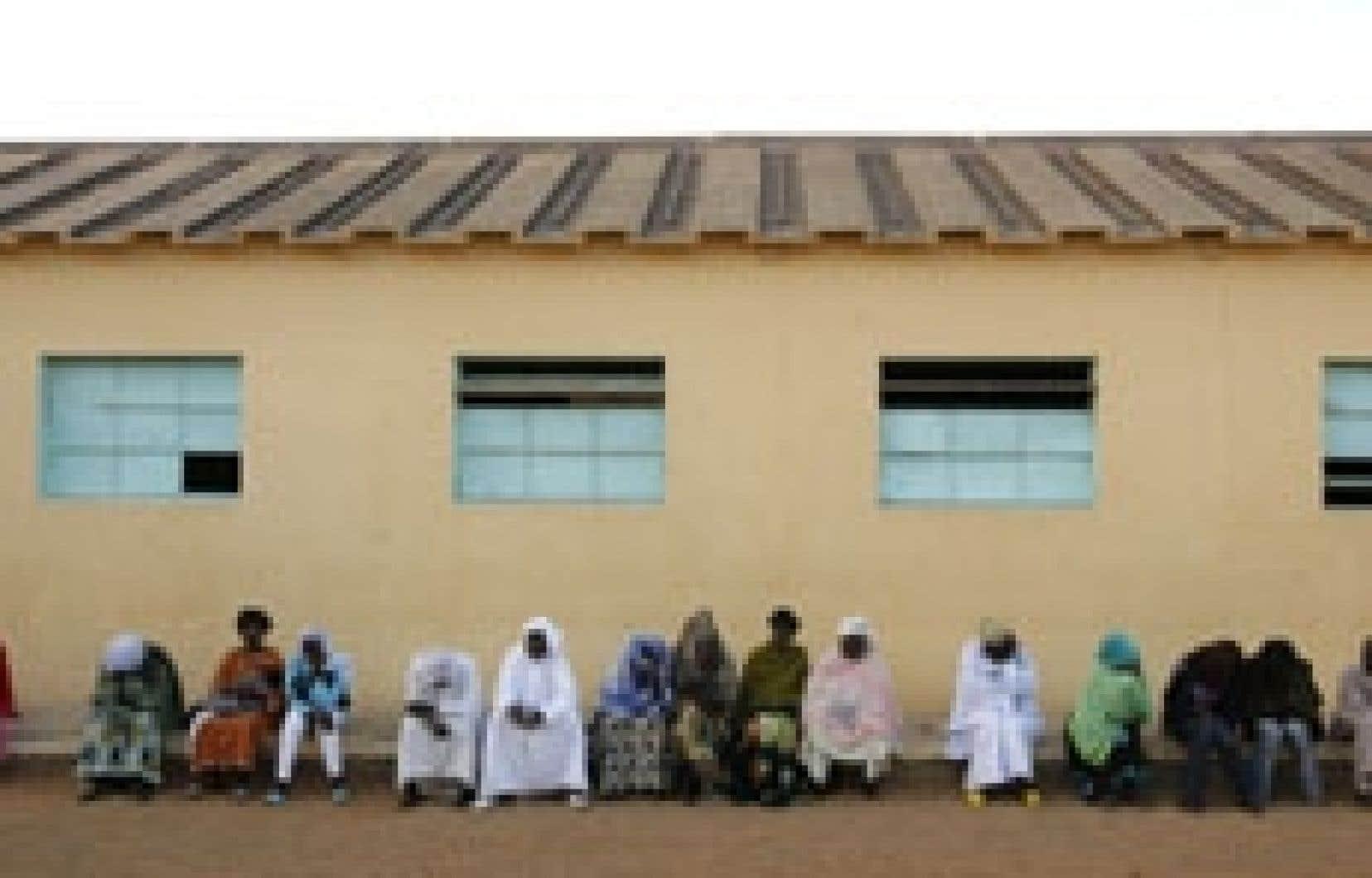 Des Sénégalais se sont présentés très tôt hier dans les bureaux de vote de Dakar.