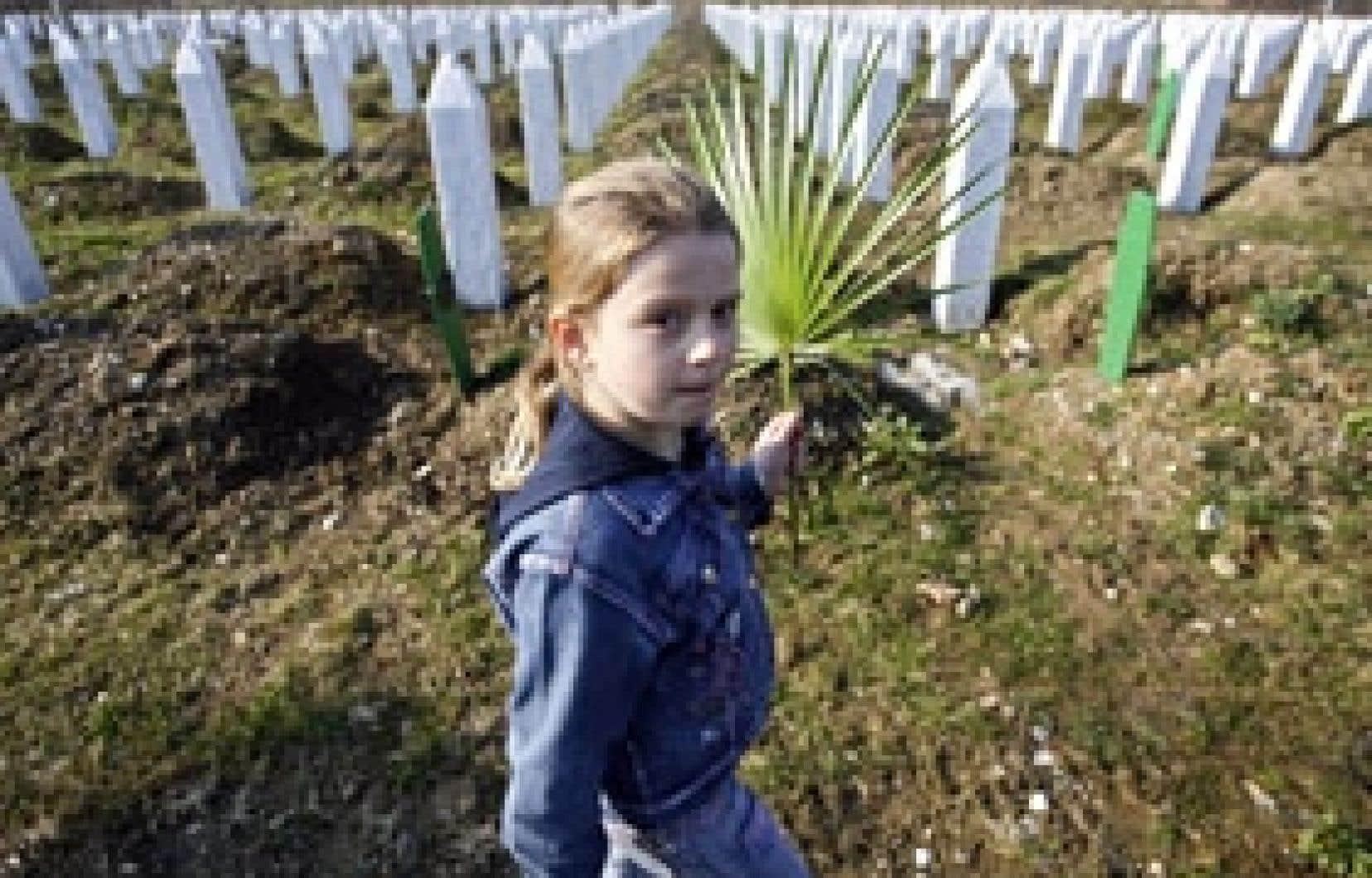 Des familles musulmanes se sont recueillies sur les tombes de leurs proches, à Potocari.
