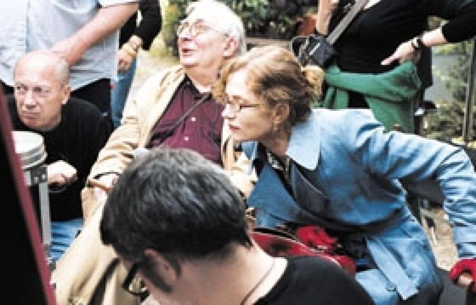 Le réalisateur Claude Chabrol et la comédienne Isabelle Huppert sur le plateau de L'Ivresse du pouvoir
