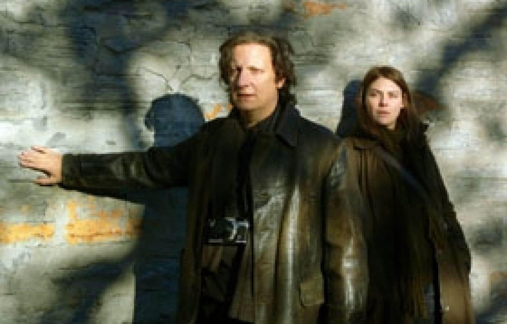 Jean-Luc (Robert Lepage), un photographe aveugle, autonome autant que faire se peut, courtise la lumière et s'attache à Fanny (Hélène Florent) dans le film de Catherine Martin, Dans les villes.