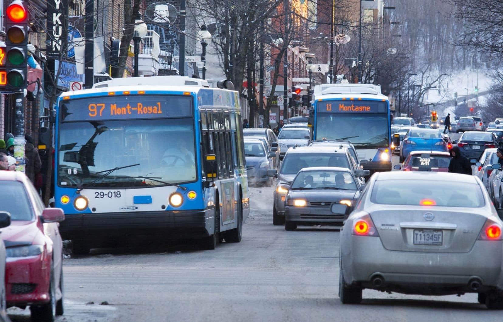 La Société de transport (STM) doit réduire le service d'autobus à cause d'un manque à gagner de 20millions cette année.