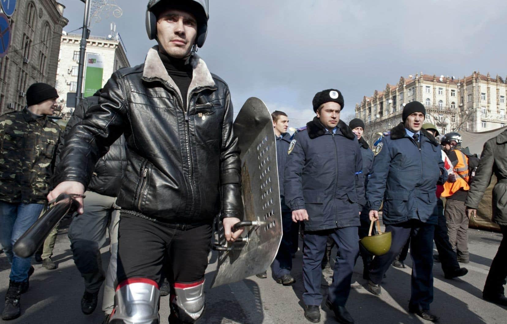 Des policiers de Lviv ayant fait défection se sont joints aux manifestants de Kiev.