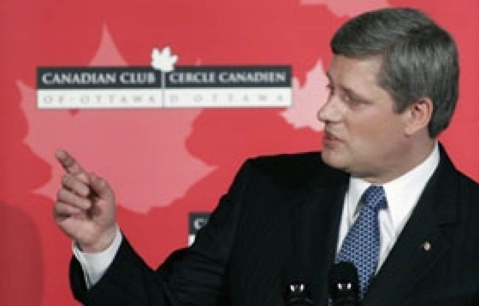 Aux questions de l'opposition au parlement, Stephen Harper a préféré le parterre du Canadian Club d'Ottawa pour marquer le premier anniversaire de l'élection des conservateurs.