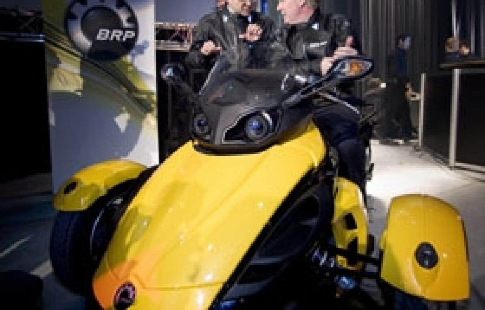 Le premier ministre du Québec, Jean Charest, était présent lors du dévoilement du nouveau véhicule de Bombardier Produits récréatifs. Il en a profité pour annoncer une contribution financière remboursable de 17,8 millions au développement du Sp
