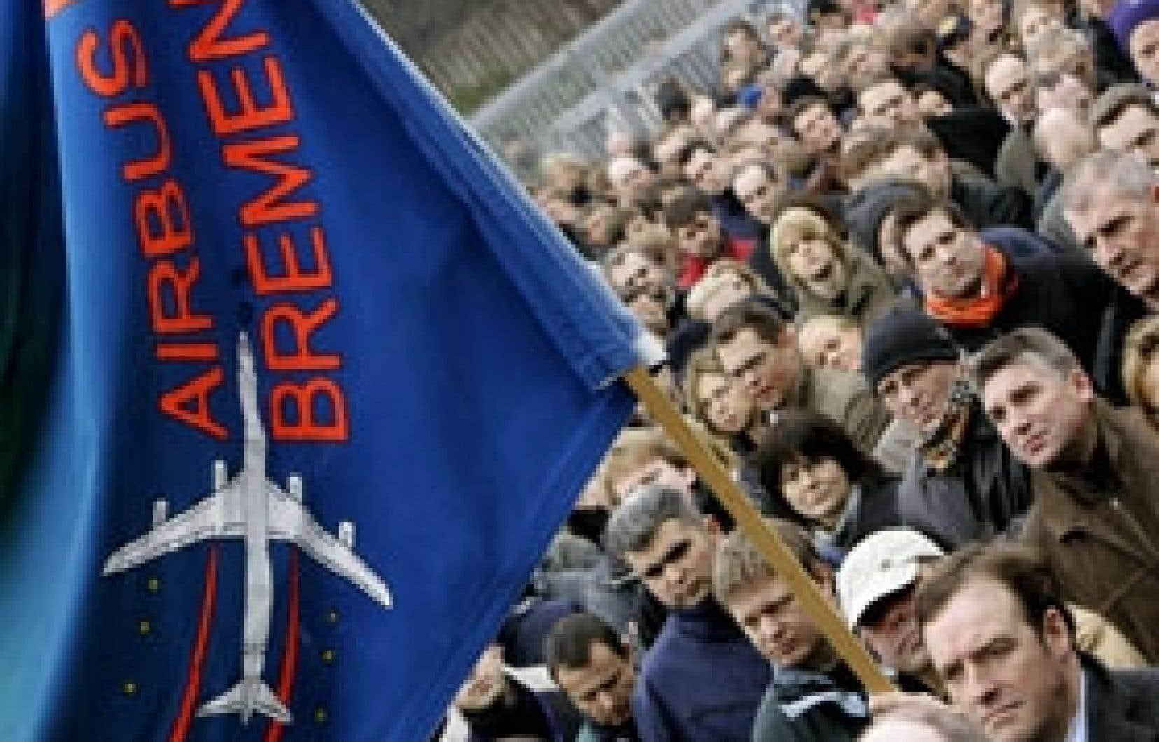 Les syndicats allemands ont rassemblé 25 000 personnes vendredi autour des sept usines allemandes du groupe Airbus. Ils craignent 500 à 8000 suppressions d'emplois, et le quotidien Die Welt citait vendredi un document confidentiel d'Airbus à Toulo