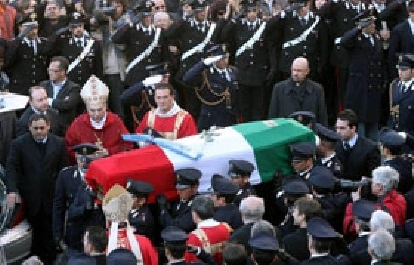 Des milliers de personnes se sont rassemblées à la cathédrale de Catane hier, pour assister aux funérailles du policier italien tué vendredi.