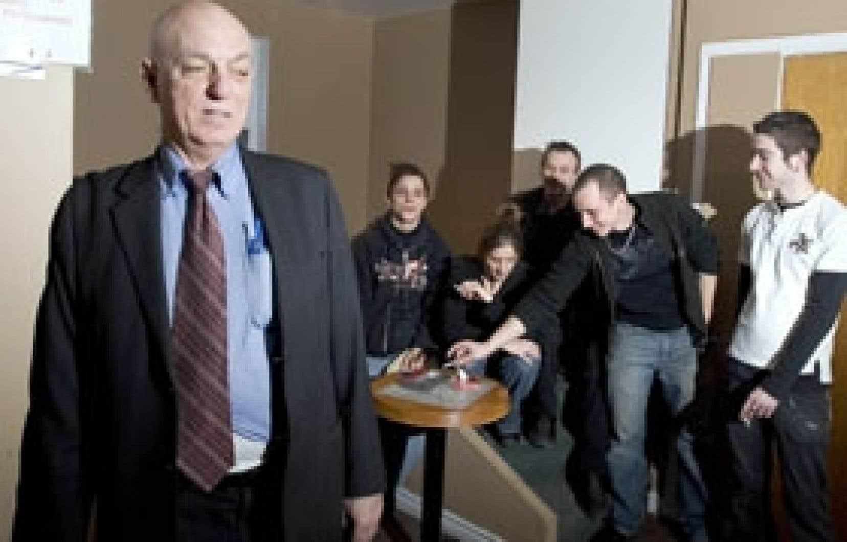 Peter Sergakis dans l'appartement qui sert de fumoir aux clients de son établissement.