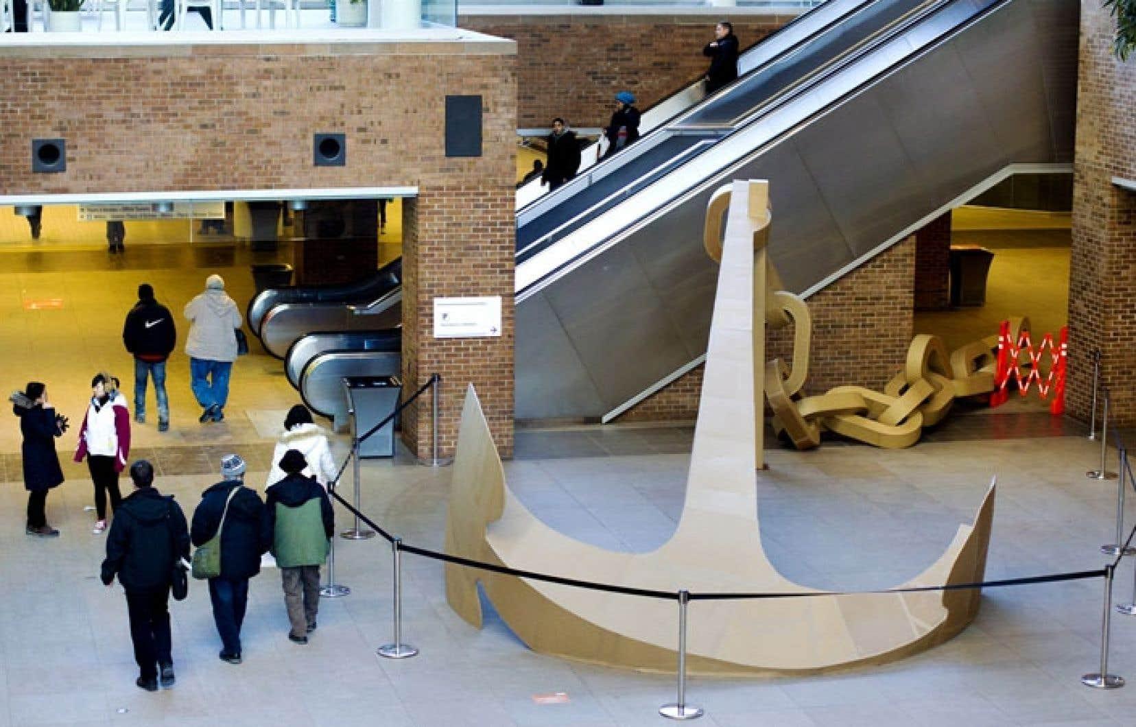 Accostage, la monumentale ancre de carton de Sophie Cardin au complexe Guy-Favreau