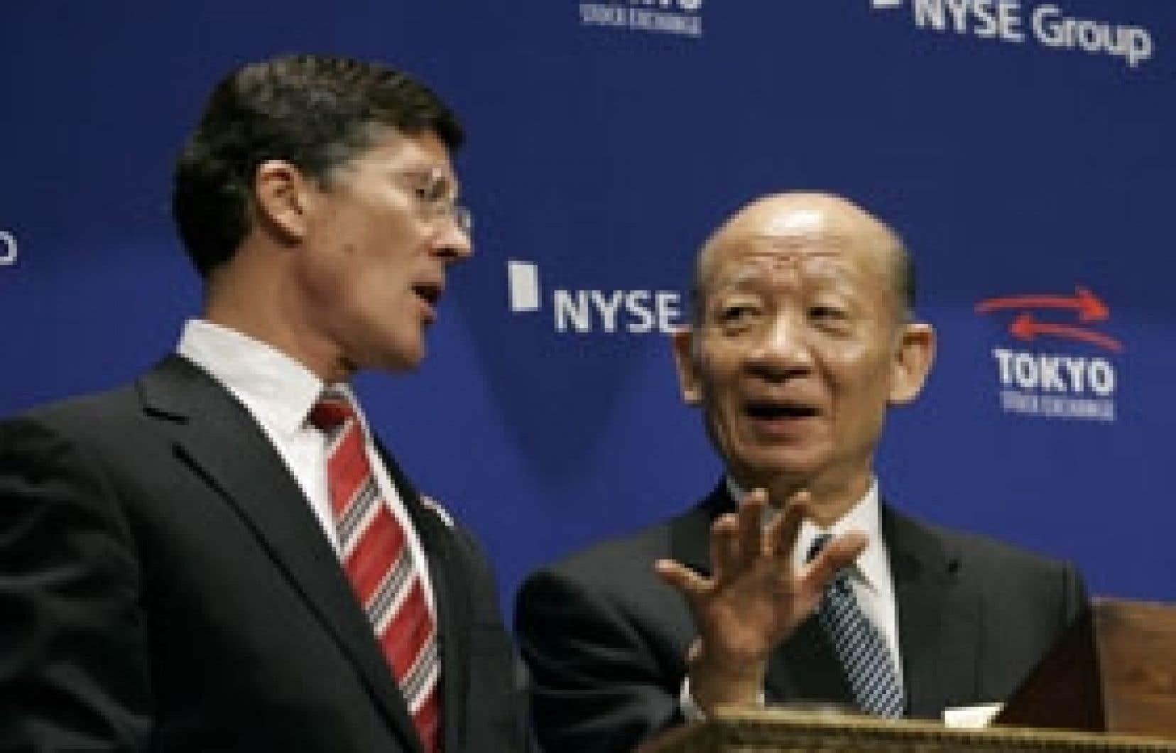 Le p.-d.g. du NYSE, John Thain, et le président du Tokyo Stock Exchange, Taizo Nishimuro. «Ce n'est pas une fusion, c'est une lettre d'intention pour explorer de futures relations», a expliqué M. Nishimuro.