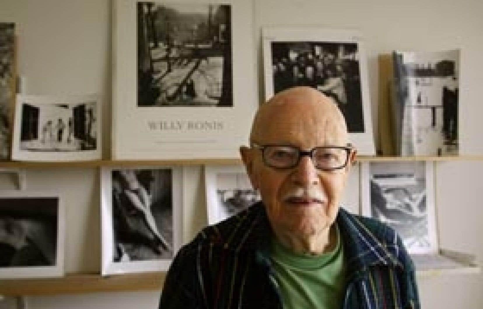 Cliché pris en 2003 de Willy Ronis dans son appartement. Il a été le premier photographe français à travailler au magazine Life et a remporté plusieurs prix pendant sa carrière.