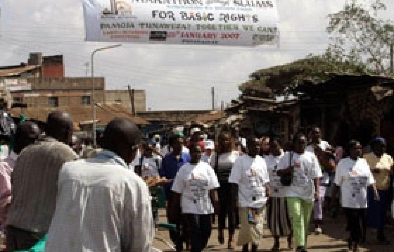 Des participants au Forum social mondial de Nairobi, au Kenya, manifestent dans une rue du bidonville de Korogocho, en banlieu de la capitale.