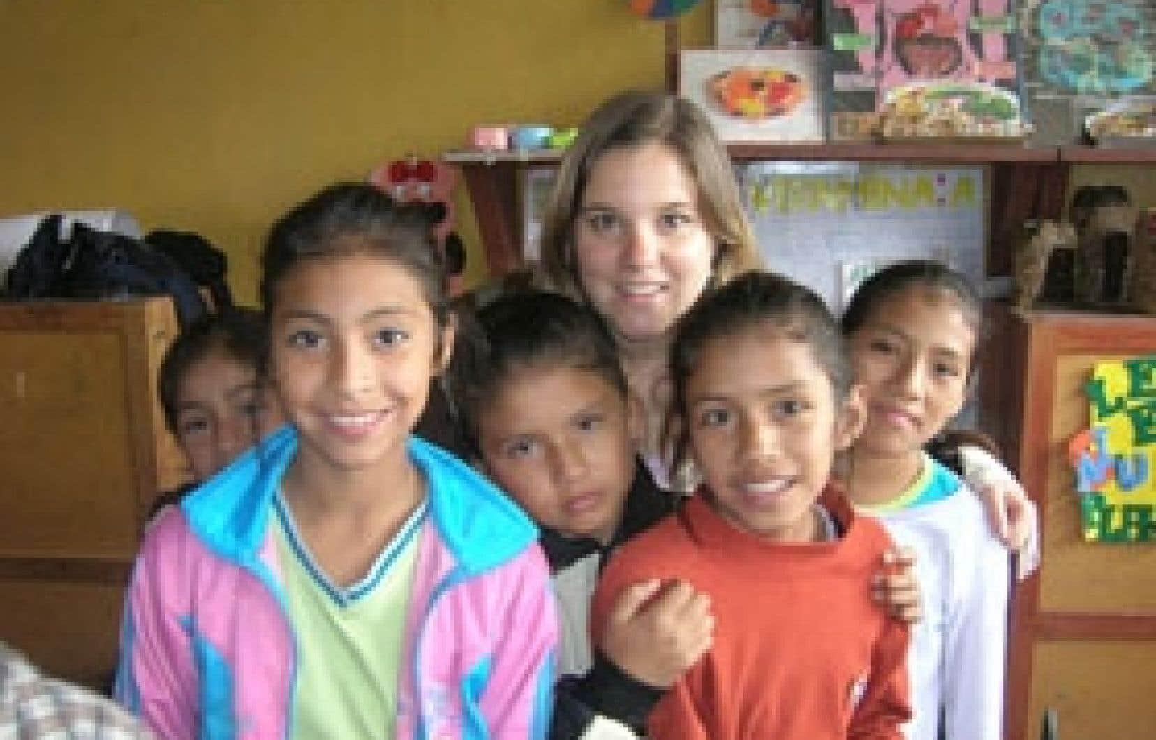 Mélissa Cabana en compagnie de quelques jeunes du Centro San Viator avec qui elle a travaillé en banlieue de Lima, au Pérou.