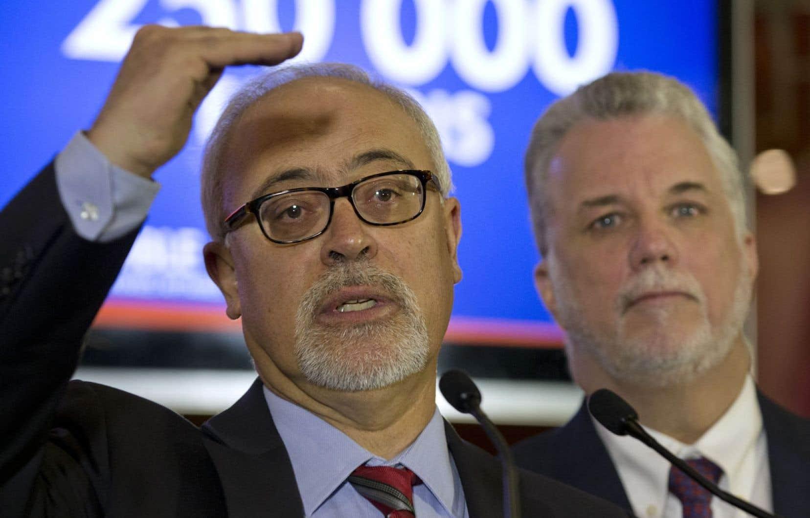 Philippe Couillard présentait jeudi son équipe économique, composée notamment de Carlos Leitao, économiste de la Banque Laurentienne. Le chef du PLQ a promis la création de 250000 emplois, une promesse qui s'appuie sur la poursuite du Plan Nord, ainsi que des incitatifs dans le milieu de la construction.
