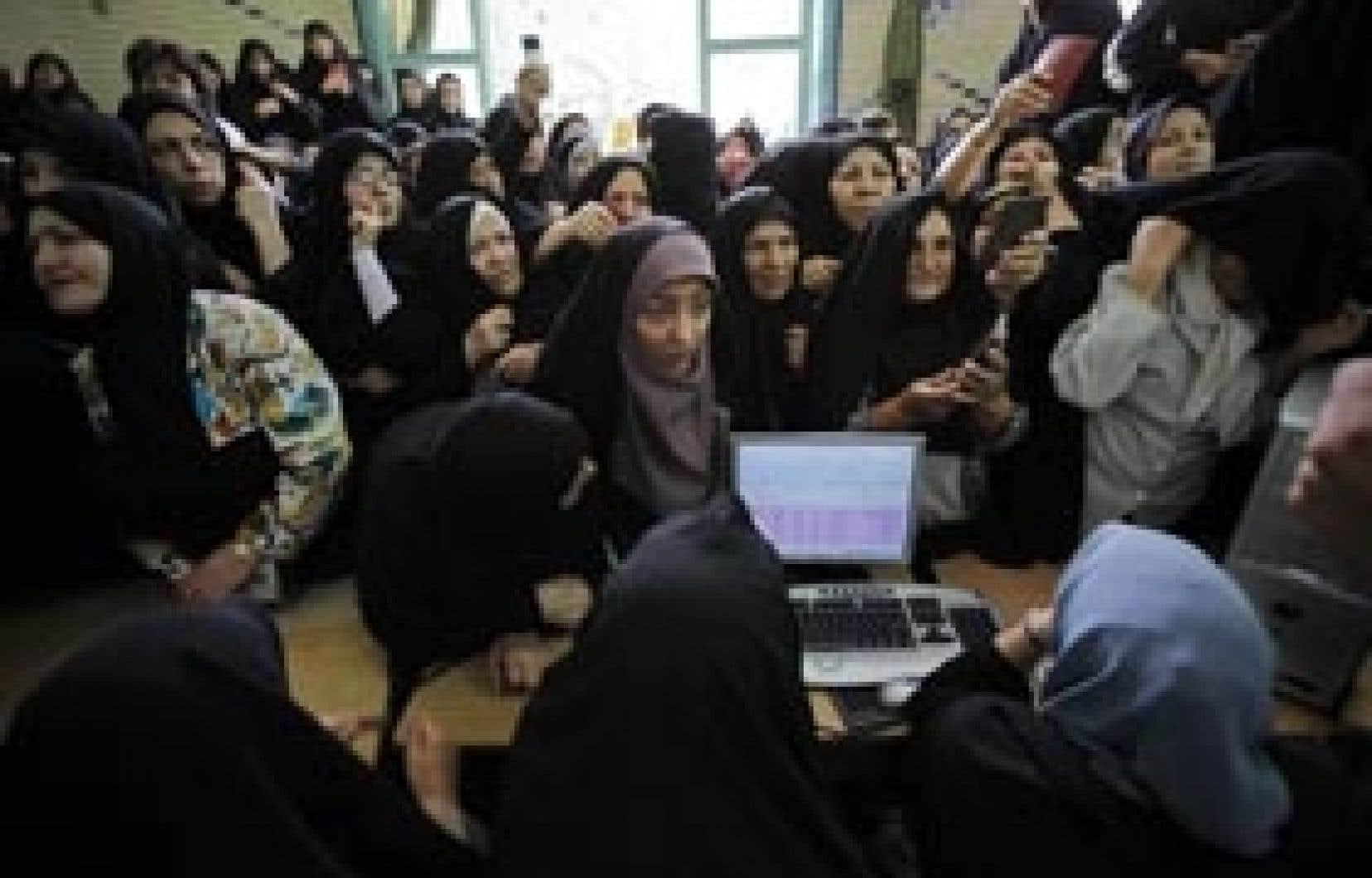 Dans un bureau de vote de Téhéran