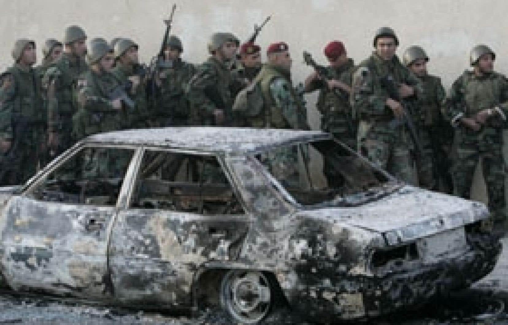 Des soldats libanais tentaient de se protéger hier à Beyrouth.