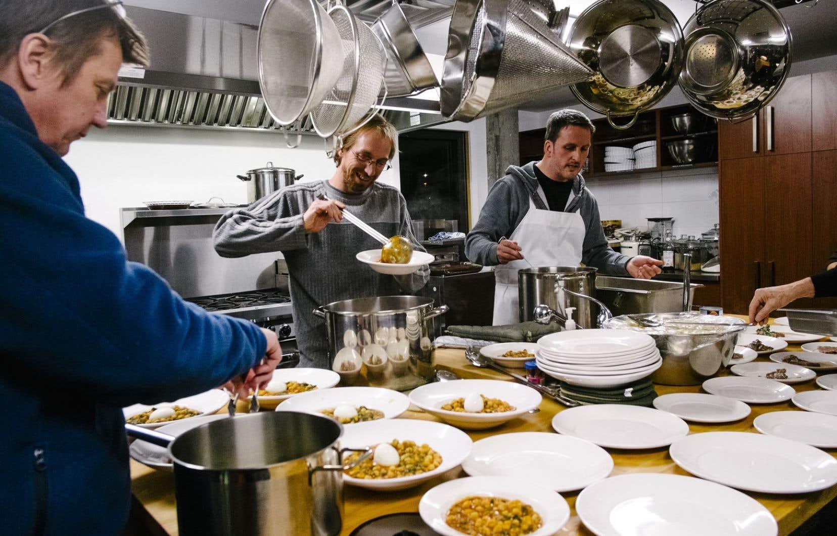 Dans un Cohabitat, les résidants partagent une grande cuisine où ils préparent les repas collectifs hebdomadaires.