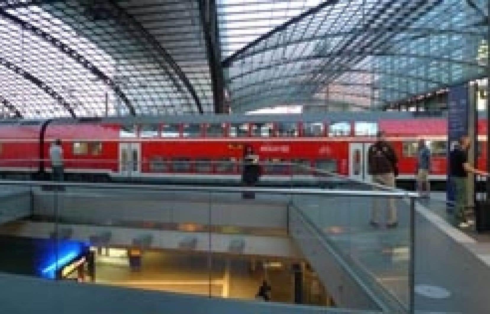 Berlin Hauptbahnhof, la principale gare de la ville et la plus importante en Europe par sa taille. Construite d'après les plans de l'architecte Meinhard von Gerkan, elle fut inaugurée le 26 mai 2006, après plus de 11 ans de travaux. La gare est un