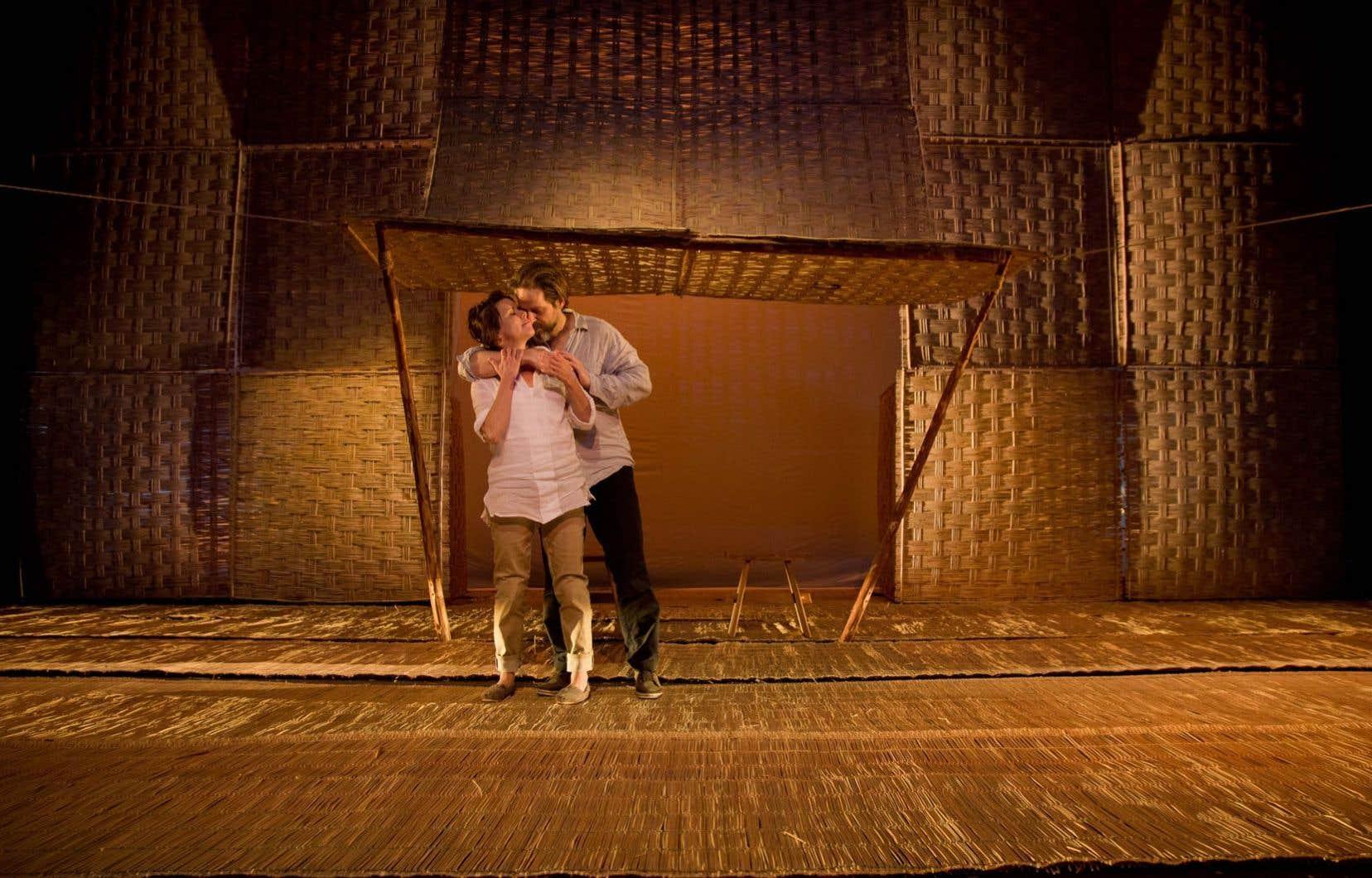 Un couple (Pascale Montpetit et Daniel Parent) survit dans les ruines qu'a laissées une dévastation indéterminée.