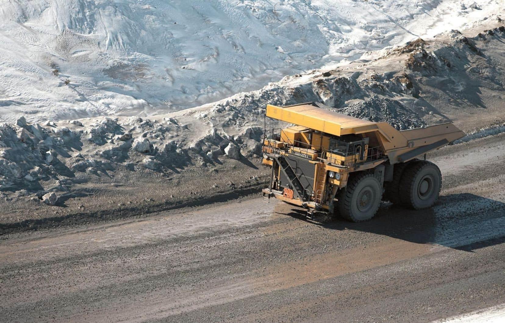 Les entreprises contribuent déjà aux finances de l'État québécois par l'entremise des redevances qu'elles versent et n'auront pas à assumer les coûts de nettoyage des mines, selon Québec.