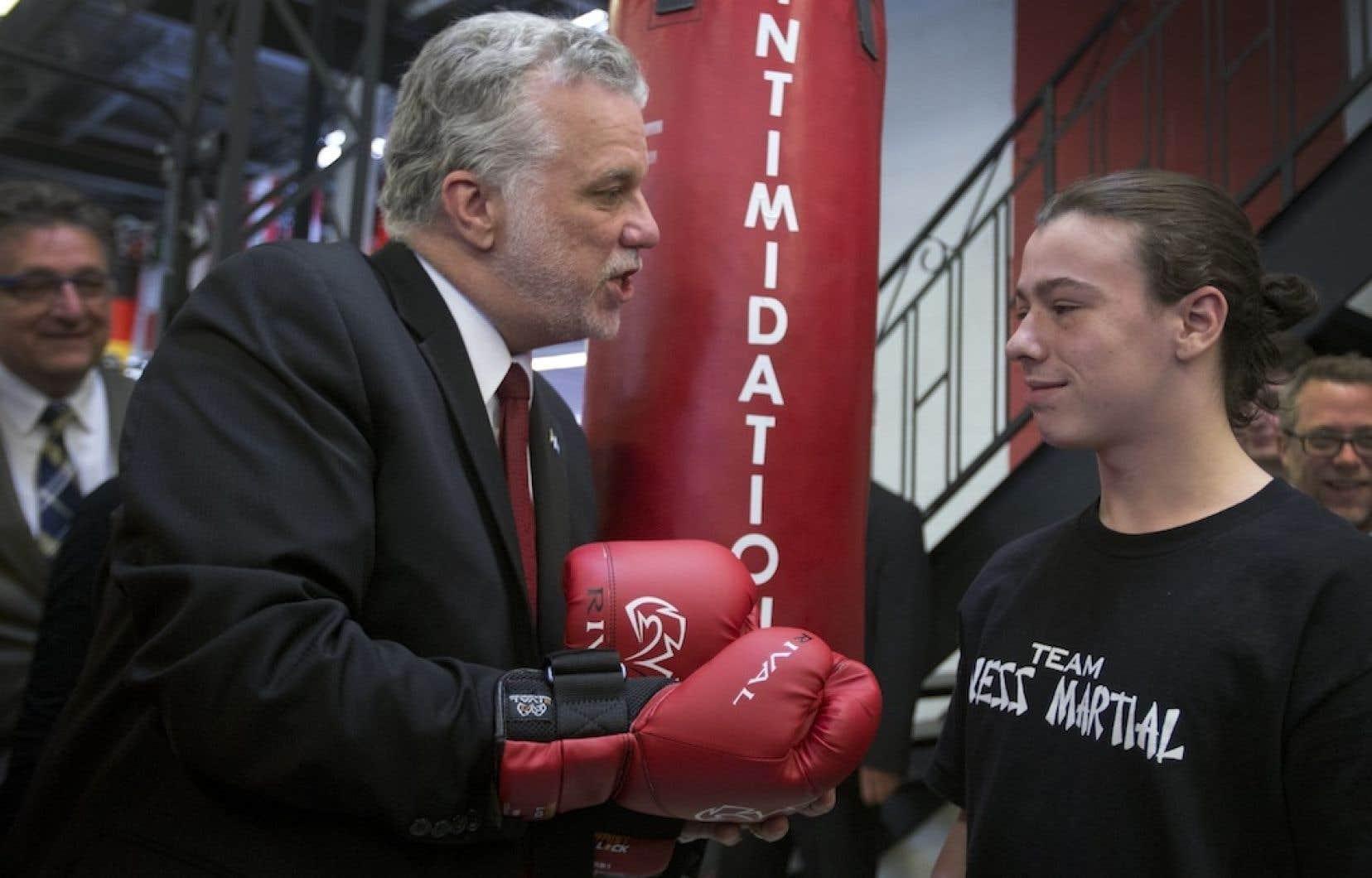Le chef du Parti libéral du Québec, Philippe Couillard, s'est entretenu quelques instants avec Gianni Kendall dans une école de combat extrême de Montréal-Nord.