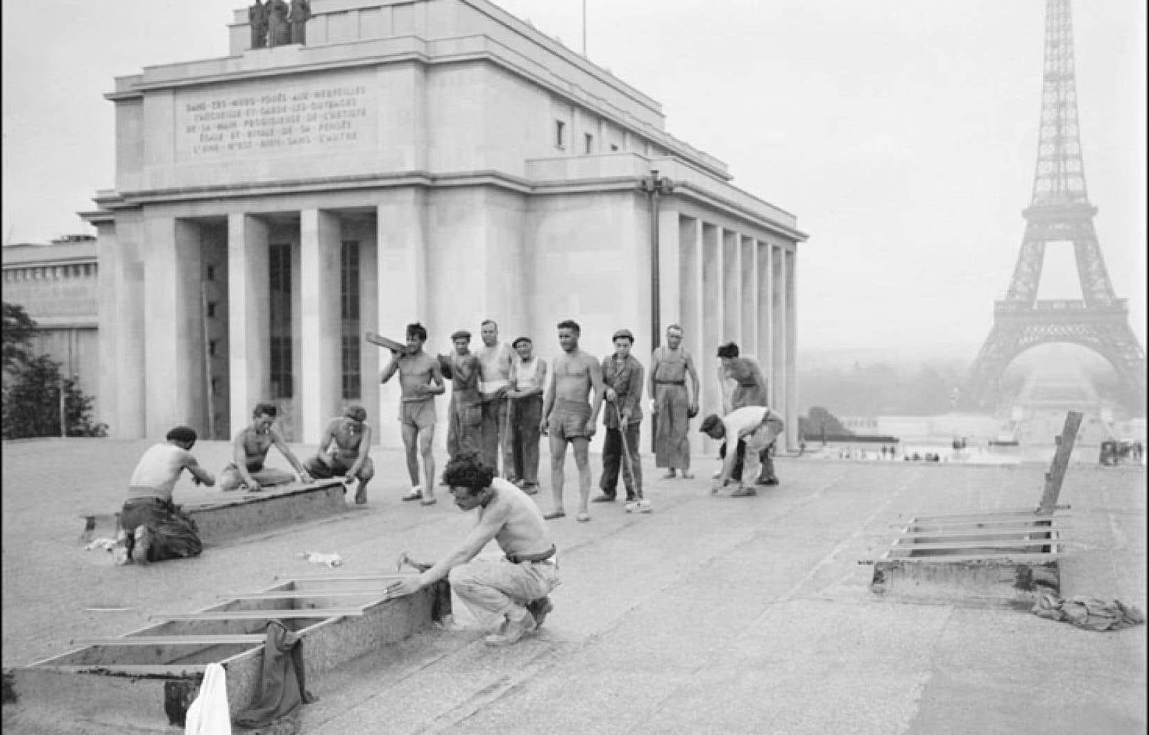 Des travailleurs préparent le palais de Chaillot à la venue de la délégation internationale qui adopta la Déclaration universelle des droits de l'homme, en 1948. 27 ans plus tard, en 1975, le Québec adoptera sa Charte des droits et libertés de la personne, une idée d'abord impulsée par le professeur Morin.
