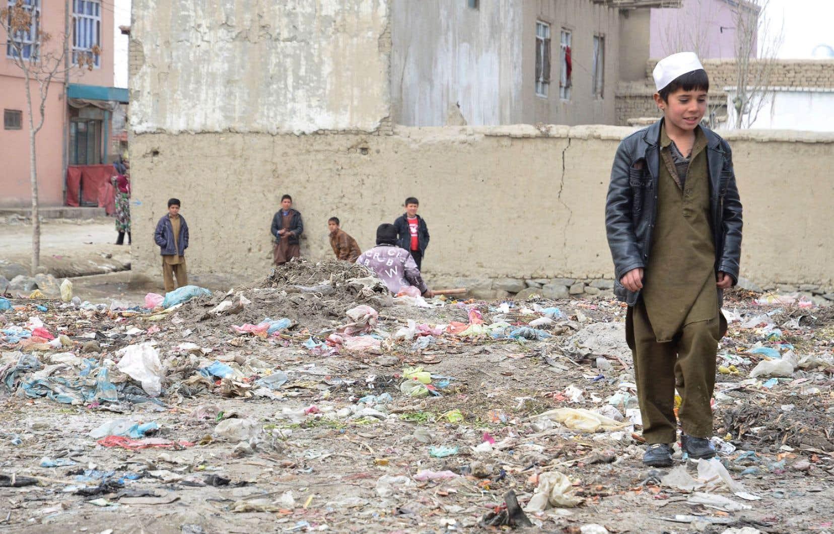 À Kaboul, l'économie dévastée prédit des lendemains difficiles aux habitants. Ci-dessus, des enfants jouent sur un terrain vague.