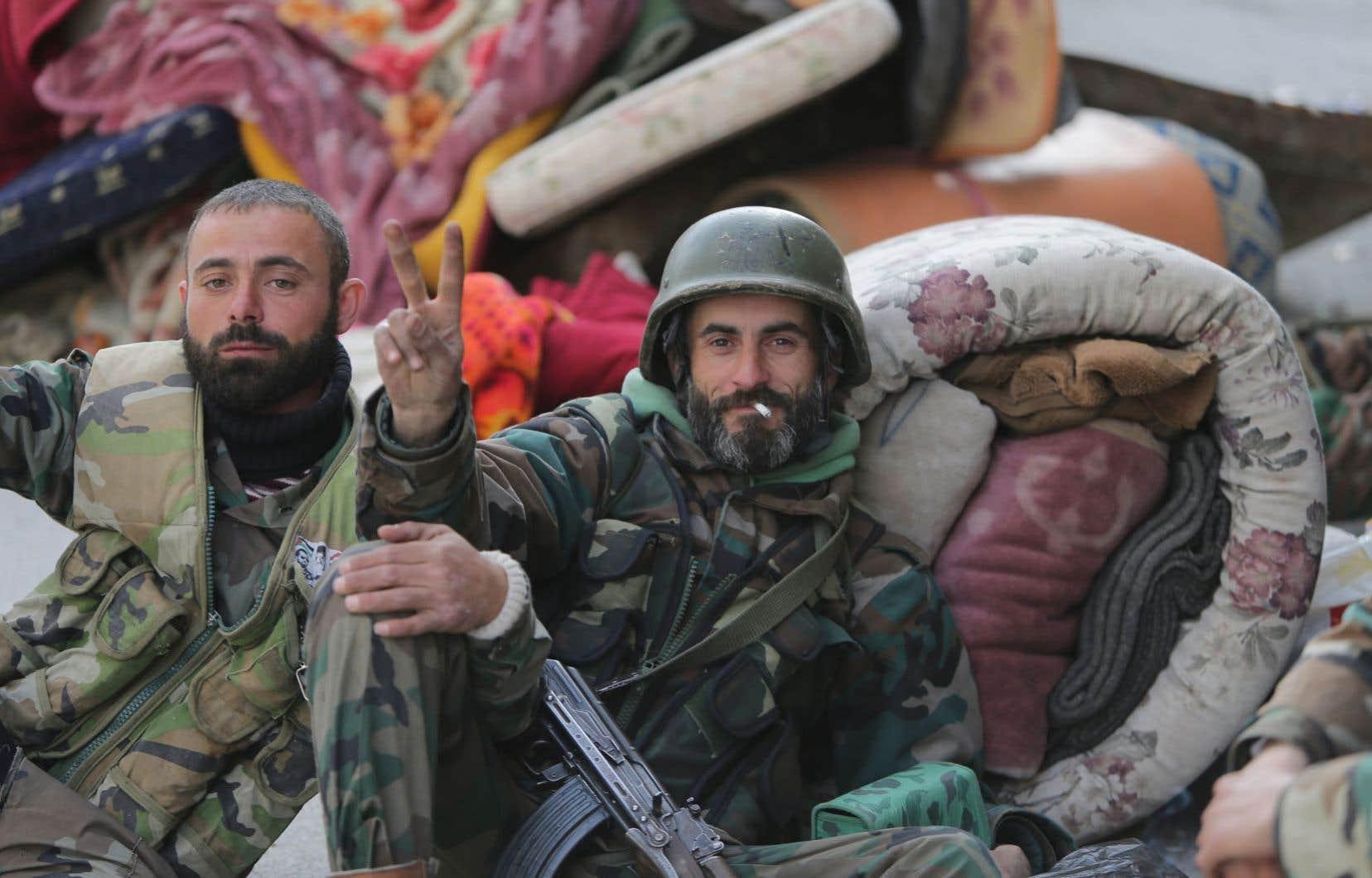 Signe de la victoire dimanche du côté des troupes gouvernementales syriennes: «Nous avons pris le contrôle total de la ville.»