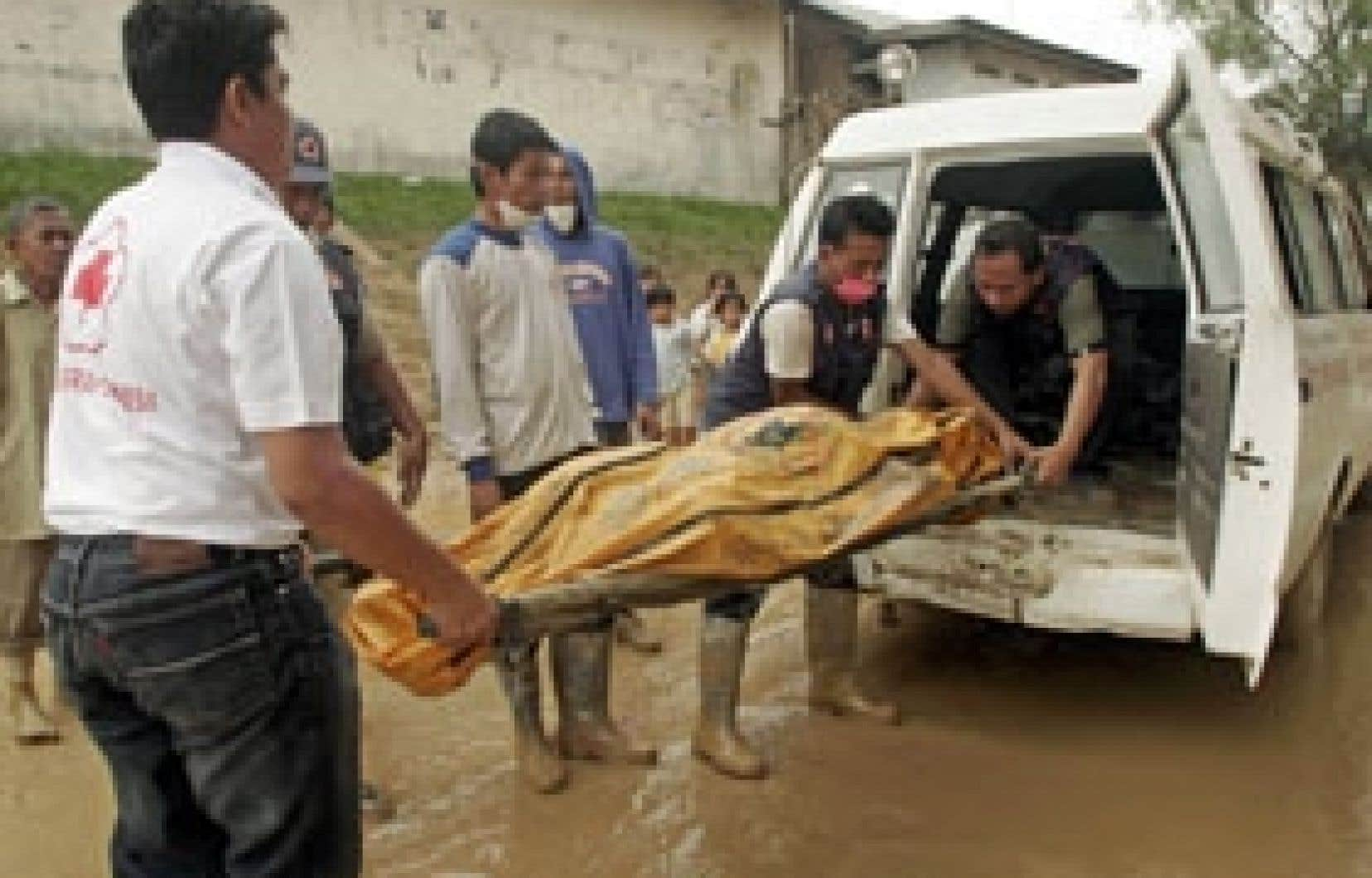 Au moins 105 Indonésiens sont morts ces derniers jours à la suite de pluies torrentielles et de glissements de terrain.