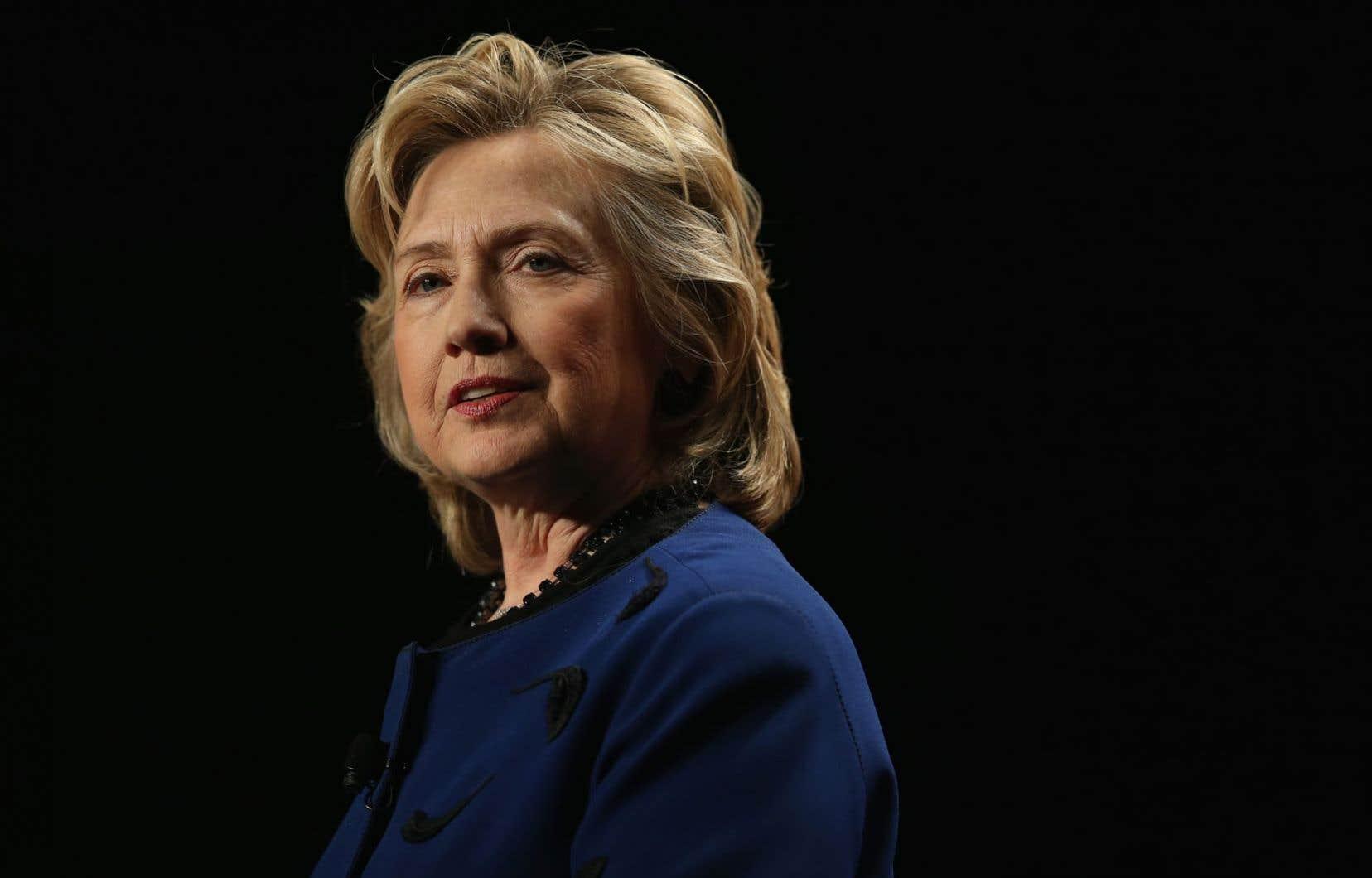 Face à un Barack Obama qui tergiverse et calcule, Hillary Clinton a un style présidentiel actif et engagé, que Robert Gates lui-même louange dans ses Mémoires.
