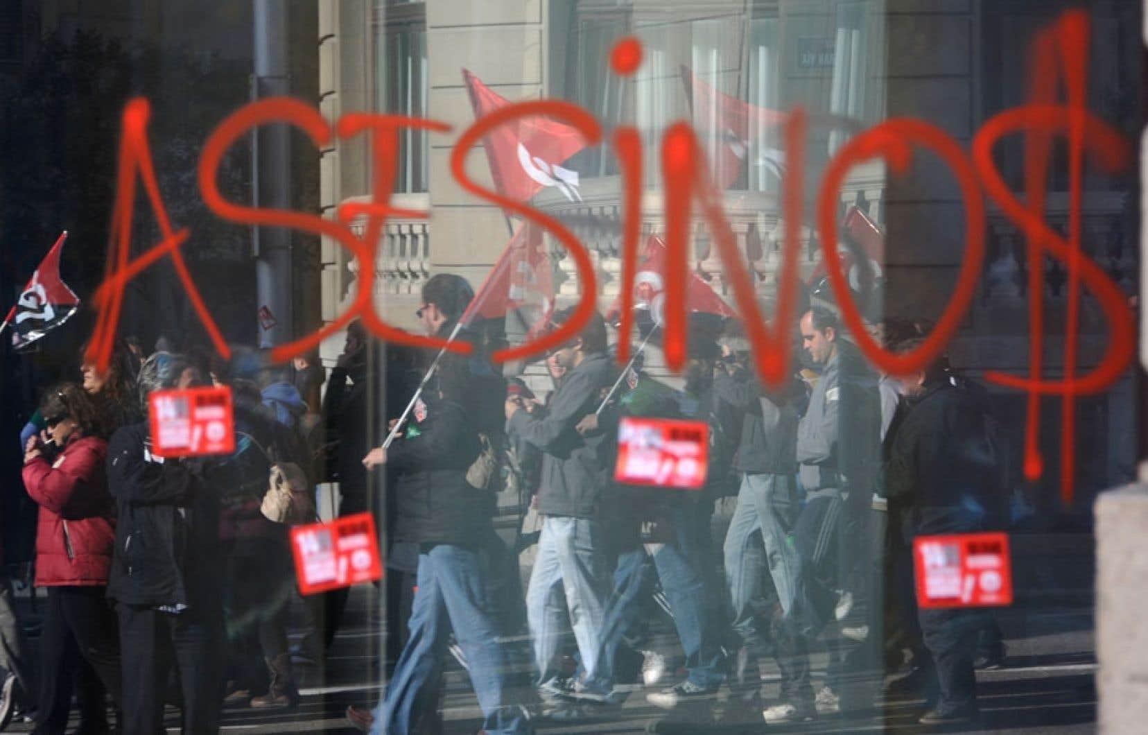 Manifestation — une autre — en Espagne, où la crise de la dette a fait énormément de victimes. Sur la vitrine d'un commerce, quelqu'un a résumé en un seul mot ce que lui inspire l'action de son gouvernement en ces temps désespérants: «Assassins».