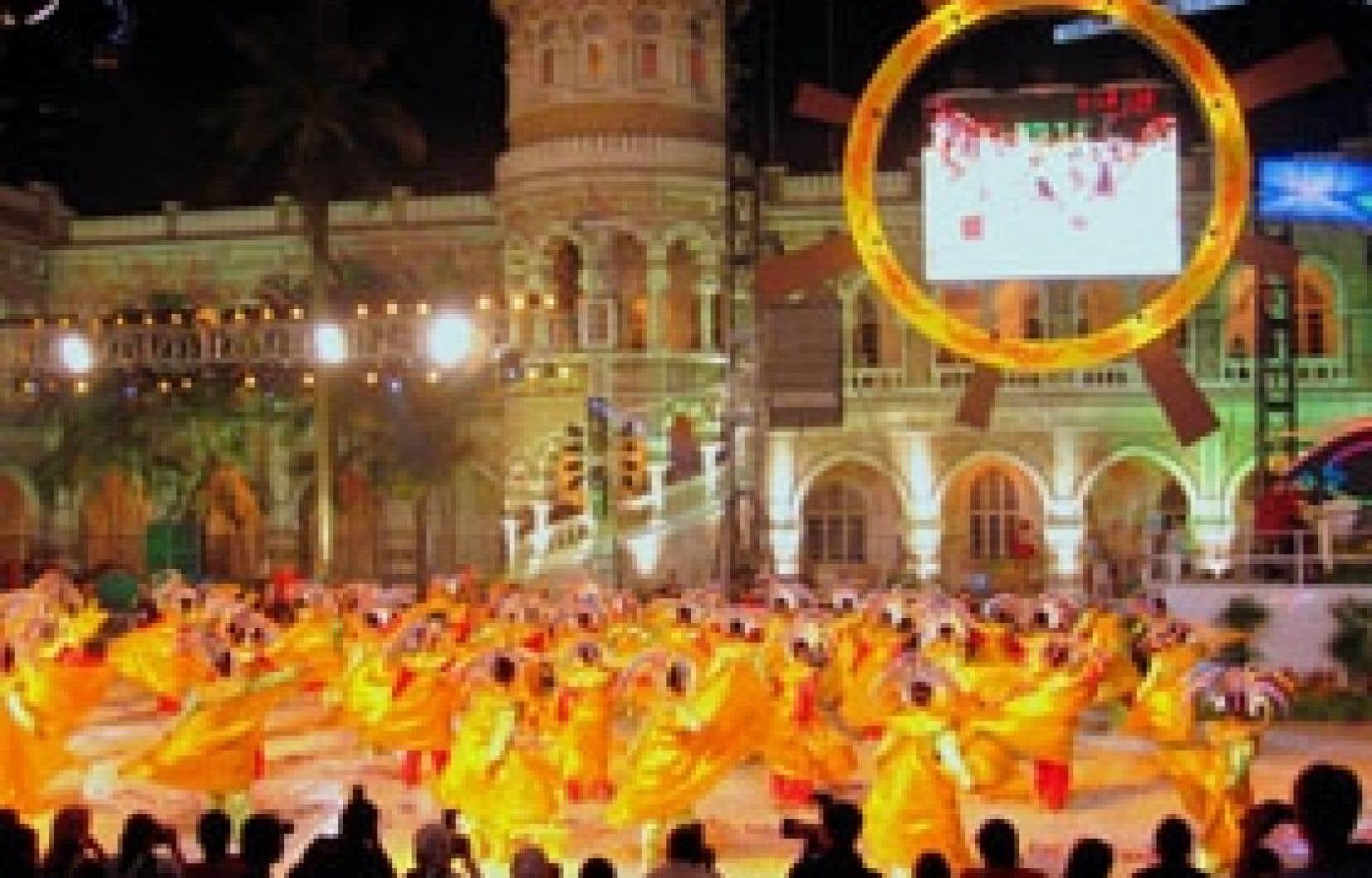 Citrawarna est la fête culturelle colorée qui fait danser 5000 participants venus de toutes les régions de la Malaisie. Ci-dessous: épuisées par trois heures d'ébats musicaux, des danseuses sourient au terme de cette gigantesque parade annuelle a