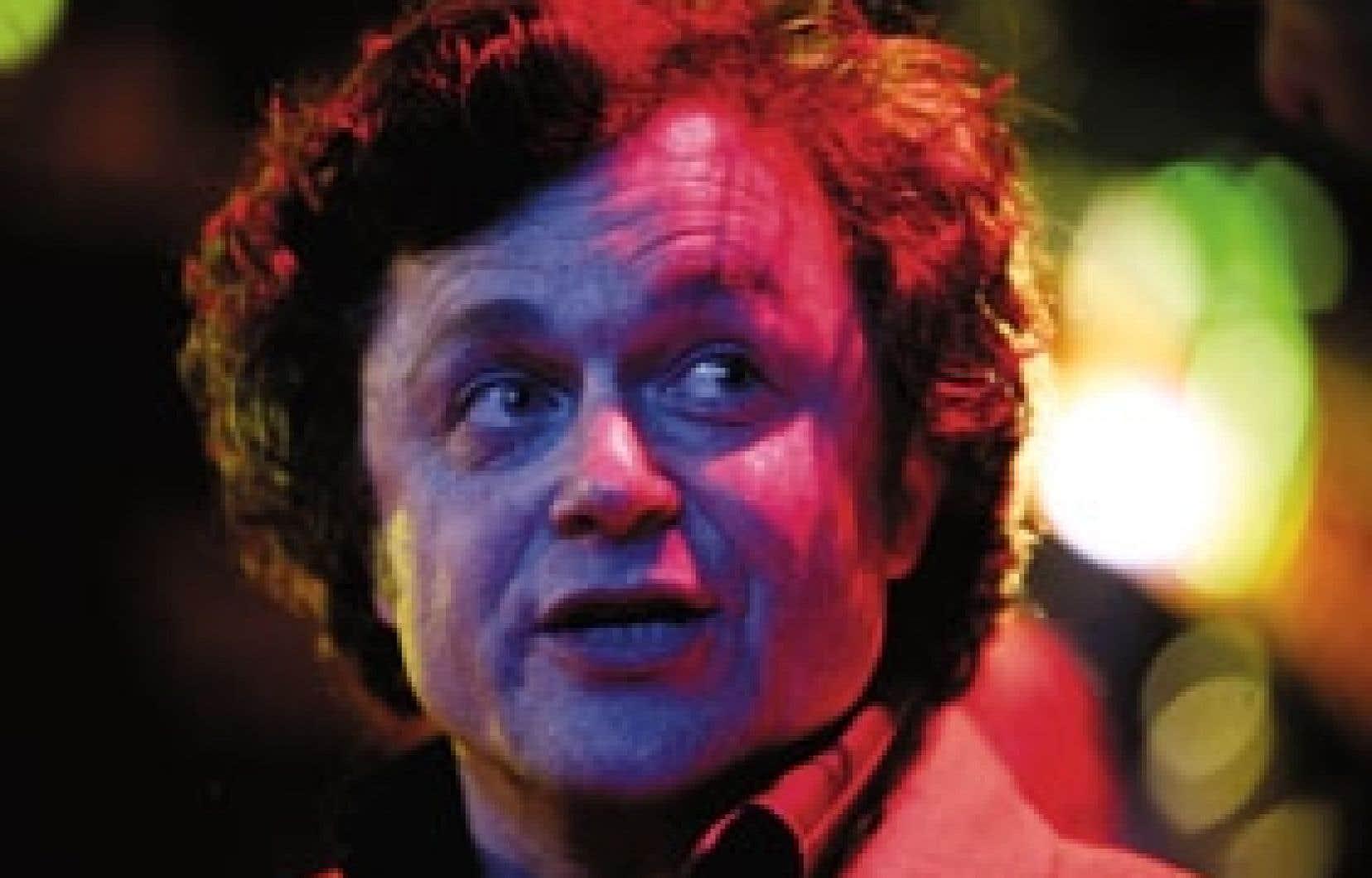 Marc Béland sous les éclairages multicolores de la Soirée des Masques. Le comédien a été choisi interprète de l'année pour son rôle dans la pièce Visage retrouvé, de Wajdi Mouawad, présentée au Théâtre d'Ajourd'hui.