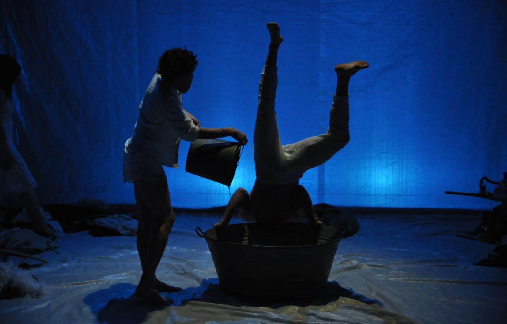 La pièce rassemble plusieurs tableaux qui tiennent souvent plus de la performance en art visuel ou circassienne que du théâtre.