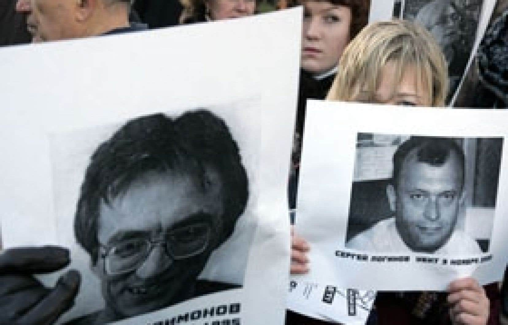 Des journalistes ont allumé des bougies hier à la mémoire de leurs collègues disparus.
