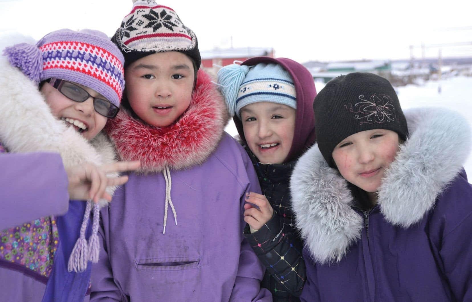 Petites filles de Kuujjuaq. Au Nunavik, les trois premières années du primaire se donnent essentiellement en inuktitut.