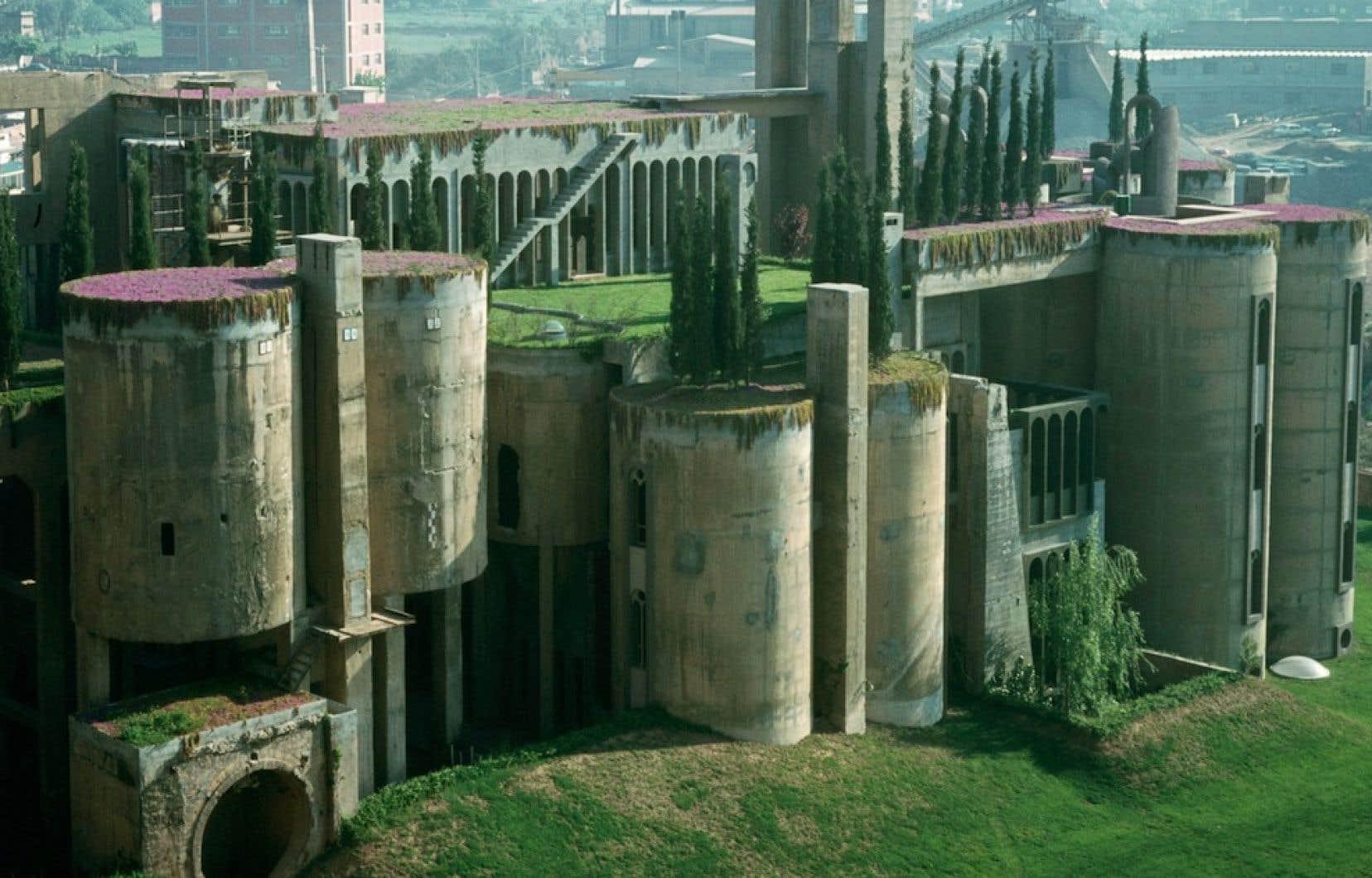 La Fabrica, ancienne cimenterie reconvertie en bureaux et résidences.
