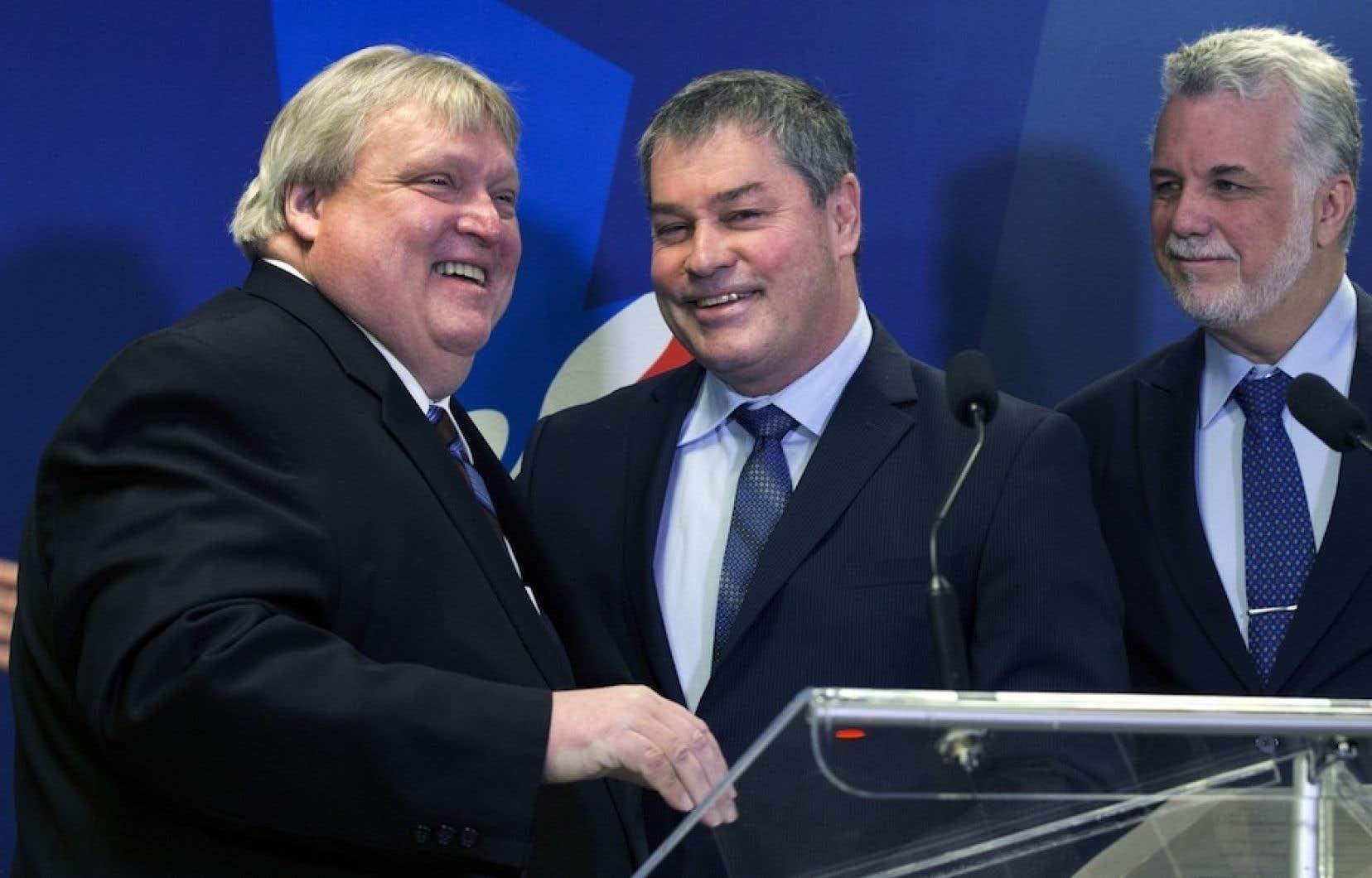 Le candidat libéral Gaétan Barrette en début de campagne électorale, avec Yves Bolduc et Philippe Couillard.