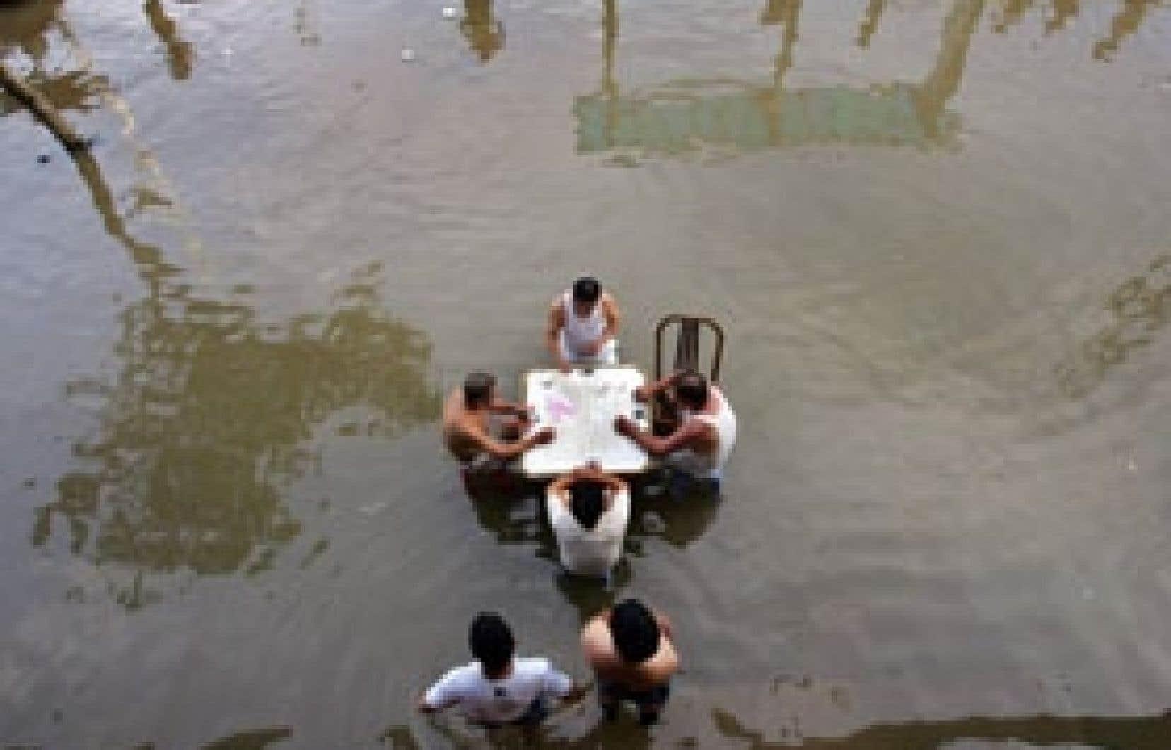 Selon les données provisoires de la société Re pour l'année 2006, les catastrophes ont provoqué environ 40 milliards $US en pertes financières, non assurées pour la plupart. Ces victimes du typhon qui a frappé la Chine en août n'ont pas semb