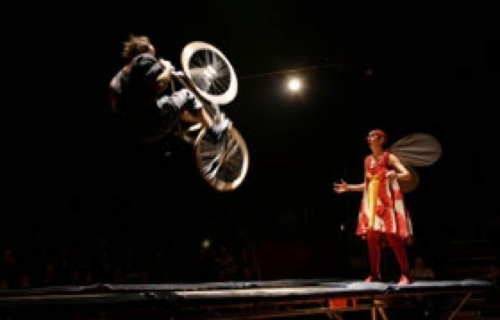 À souligner: l'équipée des cyclistes fous (Benny et Jacques) et le solo de ce dernier, qui pousse l'audace jusqu'à sauter en bécane sur un trampoline. Source: La compagnie des nouveaux nez