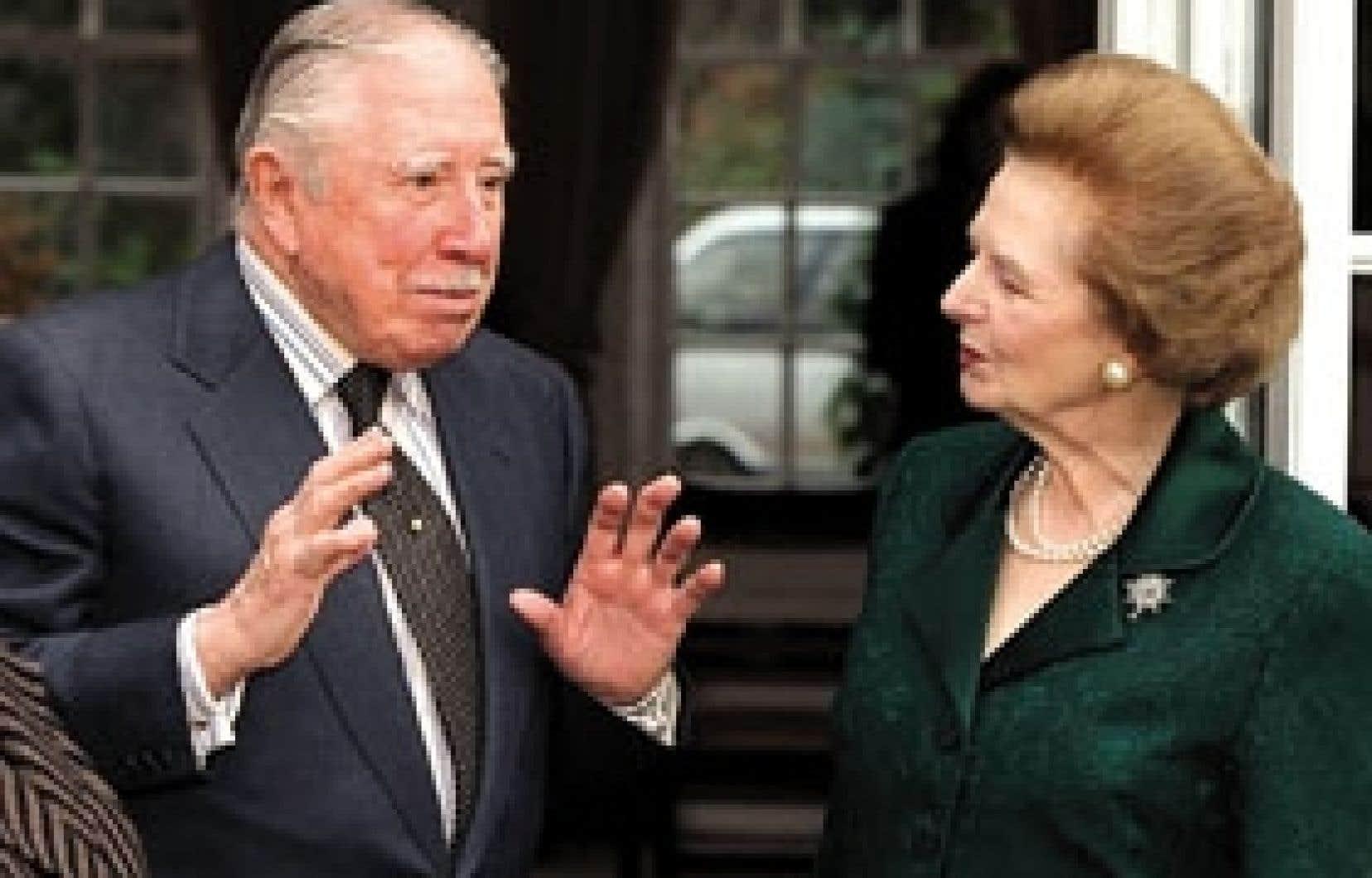 Augusto Pinochet s'entretient avec l'ancien premier ministre britannique Margaret Thatcher, en 1999. La dame de fer a été l'un des plus proches alliés du dictateur en Grande-Bretagne.