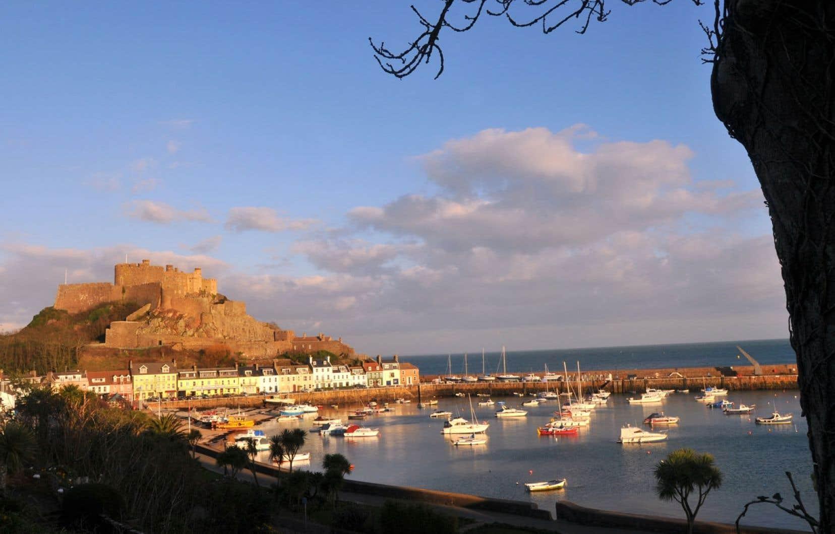 Le château de mont Orgueil, sur l'île de Jersey. L'île anglo-normande, située entre l'Angleterre et la France, à une vingtaine de kilomètres des côtes françaises, est réputée être un lieu favorable pour l'évasion fiscale.