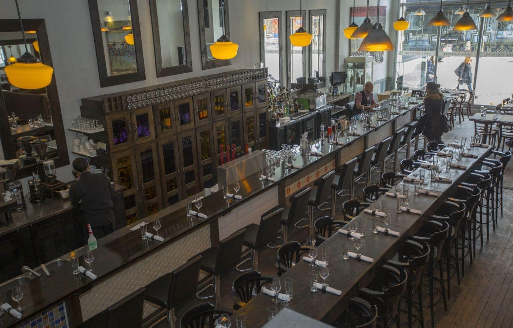 Le restaurant Chez Victoire, à Montréal, affiche un penchant pour le partage convivial: un long bar, quelques box et une grande table qui fait se côtoyer la clientèle.