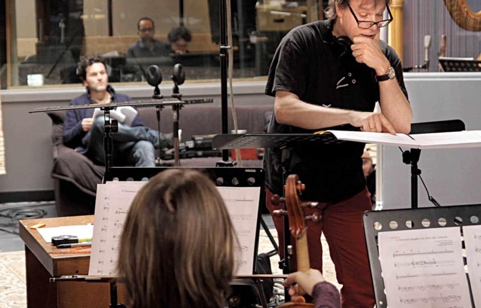 Pour la version symphonique des douze hommes rapaillés, Blair Thomson a décidé de rencontrer chaque chanteur, comme Martin Léon qu'on voit ci-dessus en arrière-plan.