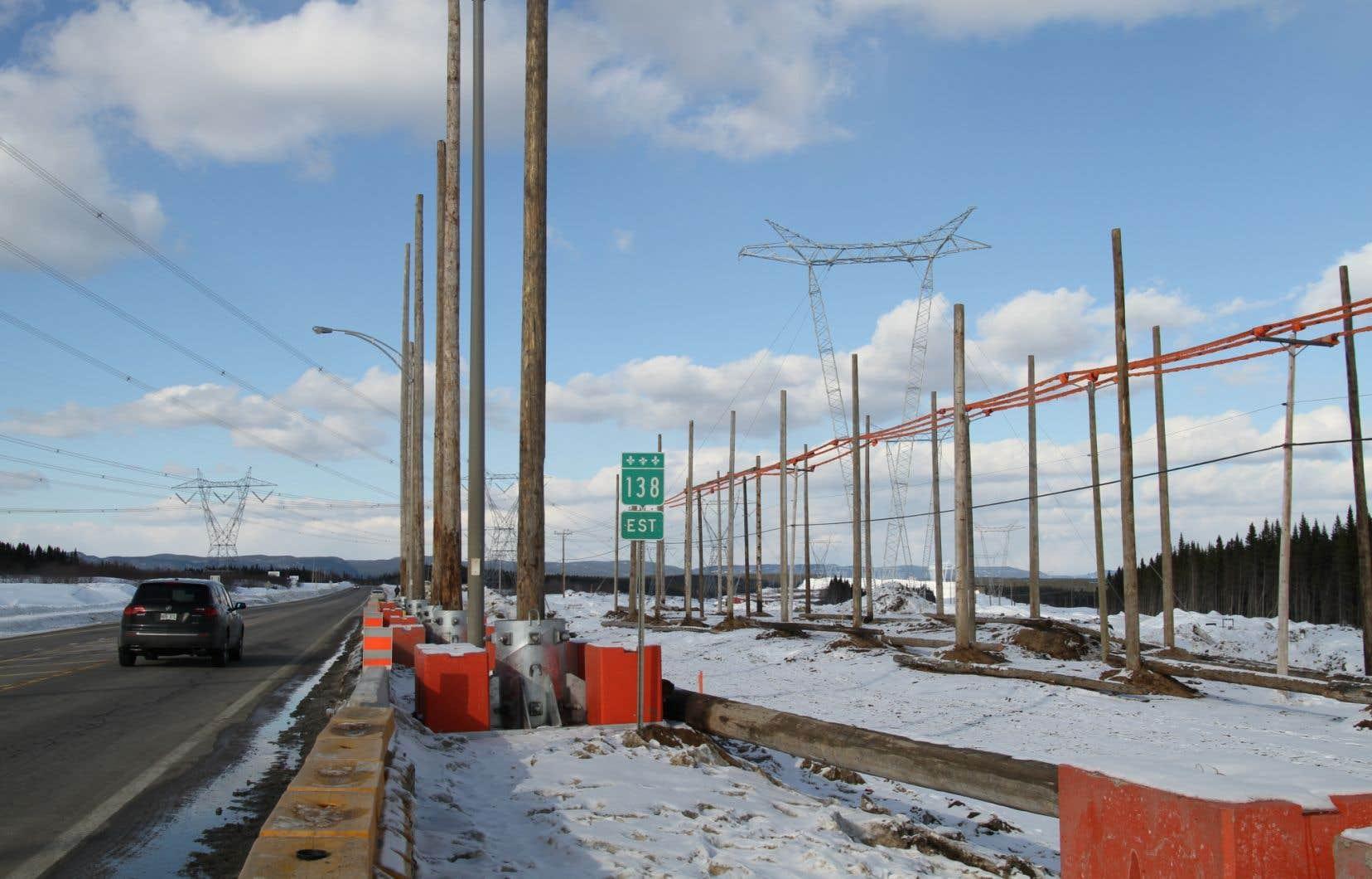 Si le projet de Mine Arnaud voit le jour, d'importantes lignes de transport d'Hydro-Québec pourraient être menacées. On voit ici celles qui transportent l'électricité provenant de Churchill Falls (sur la gauche) et celles qui serviront à acheminer l'électricité du complexe de la Romaine (sur la droite), actuellement en chantier.