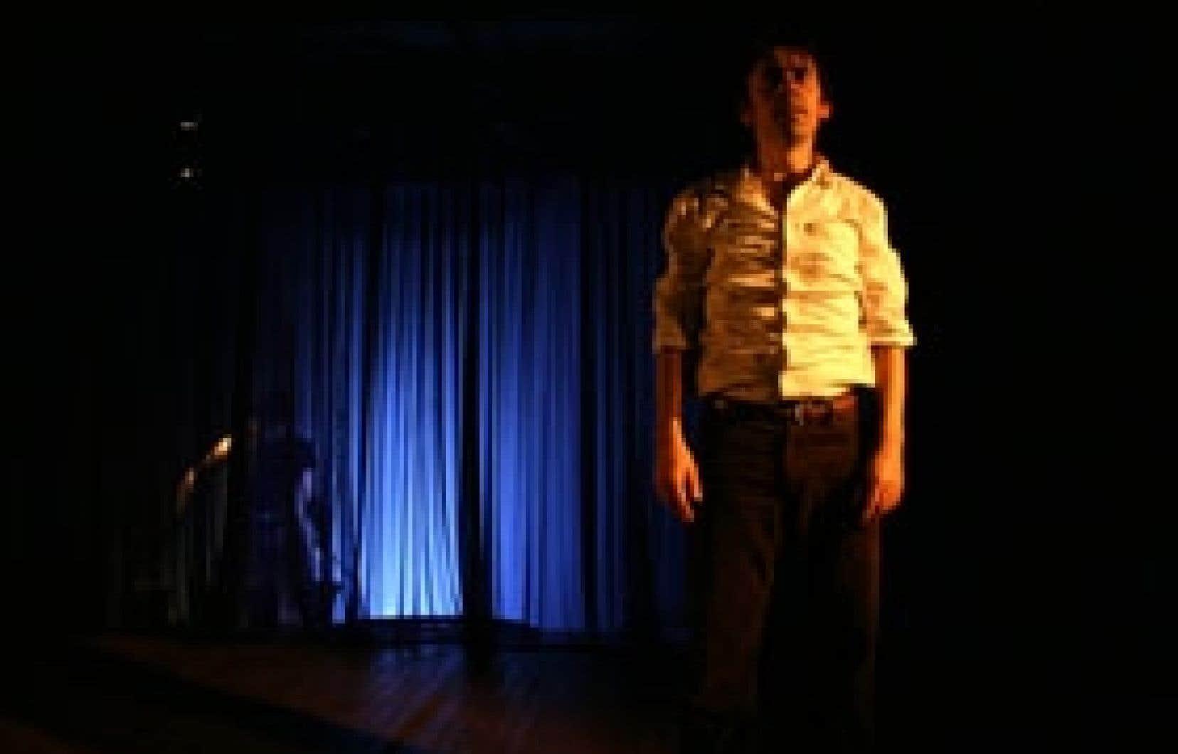 La pièce Monsieur Malaussène au théâtre, avec Vincent Magnat dans le rôle principal, doit beaucoup de son atmosphère à l'environnement sonore. Retranchée derrière un rideau, Charmaine LeBlanc distille une musique organique. Photo: Marilène Ba