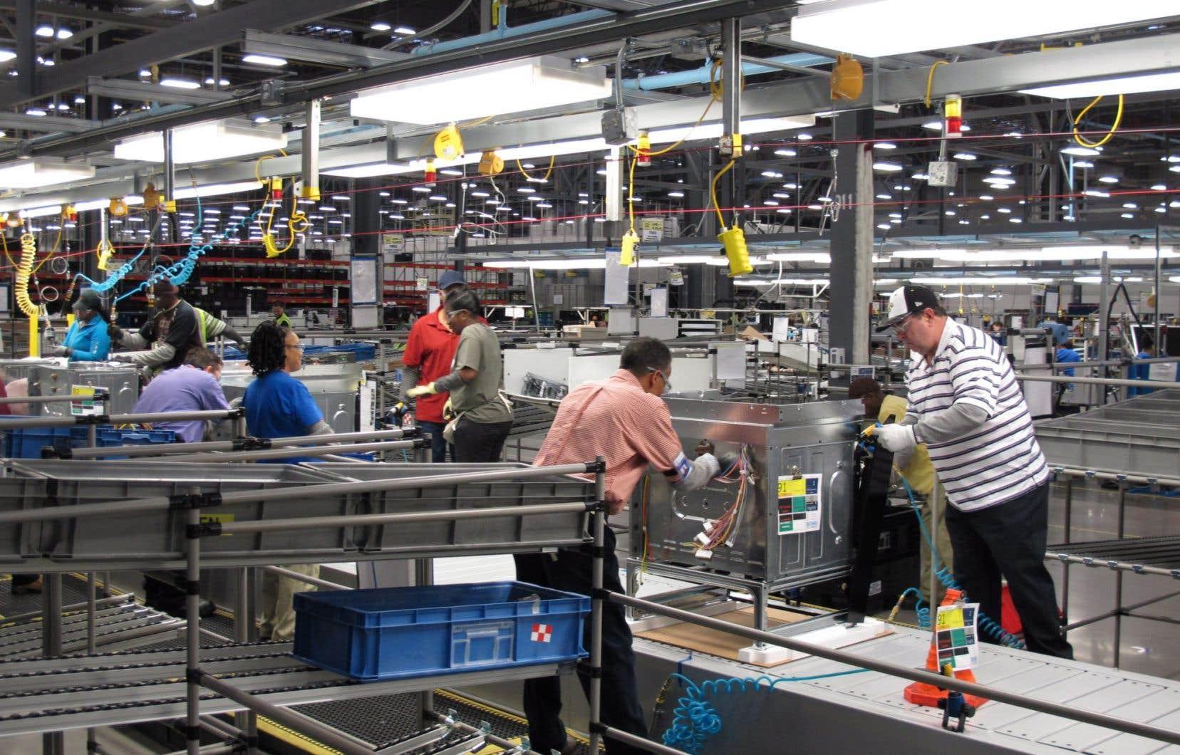 Des employés d'Electrolux à Memphis, Tennessee, montent des cuisinières.