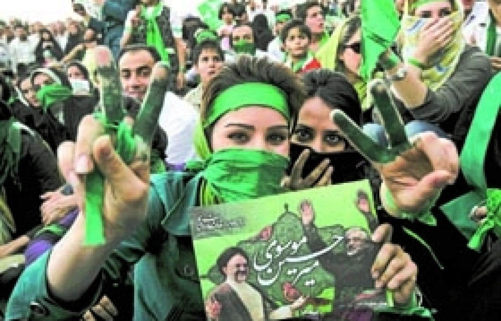 De plus en plus confiants, les partisans de Mir Hossein Moussavi envahissent les rues du nord de Téhéran, provoquant une marée verte dans ce quartier plutôt aisé de la capitale.