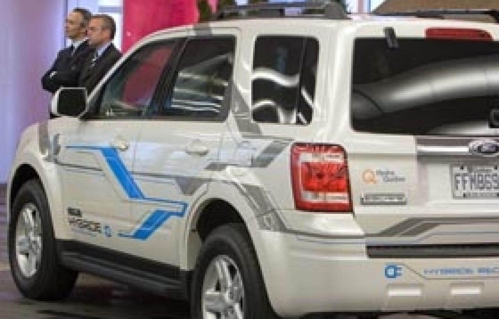 Une Ford Escape hybride rechargeable sera testée pendant trois ans par Hydro-Québec, ont annoncé hier le ministre des Ressources naturelles et de la Faune, Claude Béchard, et le président d'Hydro-Québec, Thierry Vandale, qu'on aperçoit devant