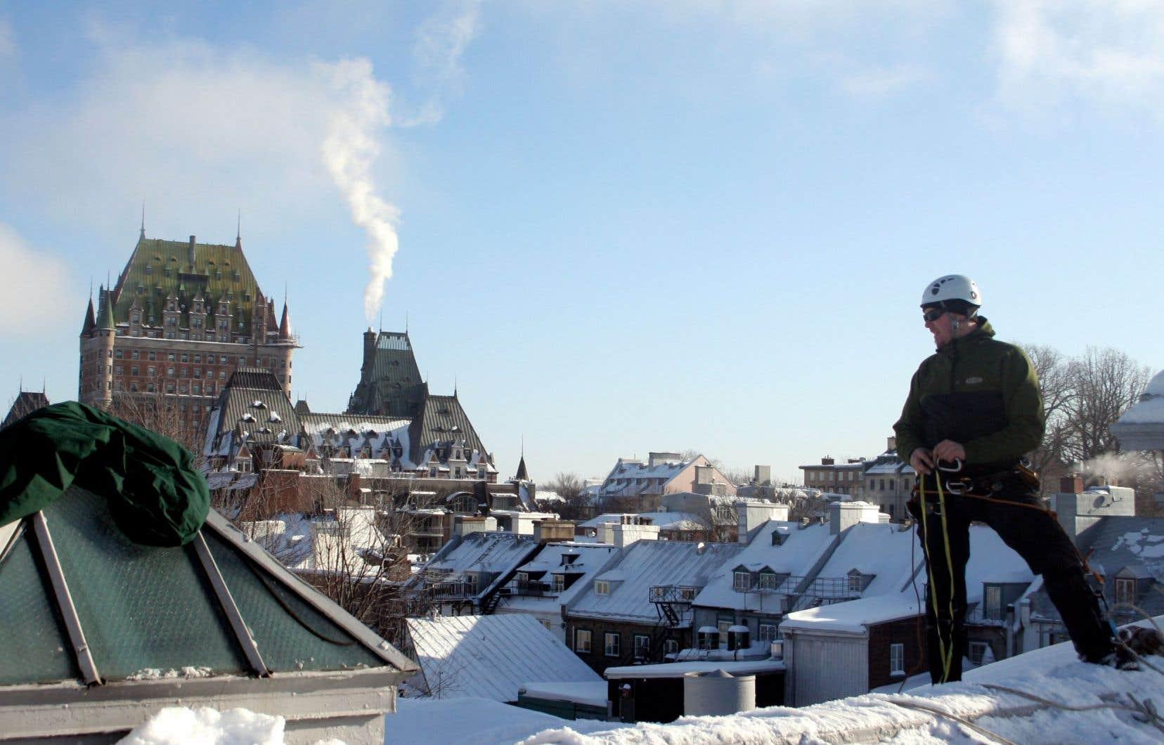 Les déneigeurs de toits du Vieux-Québec sont souvent recrutés parmi les amateurs d'escalade. «Ils ont un peu réinventé la façon de déneiger», dit le cinéaste Helgi Piccinin, qui leur consacre un documentaire.