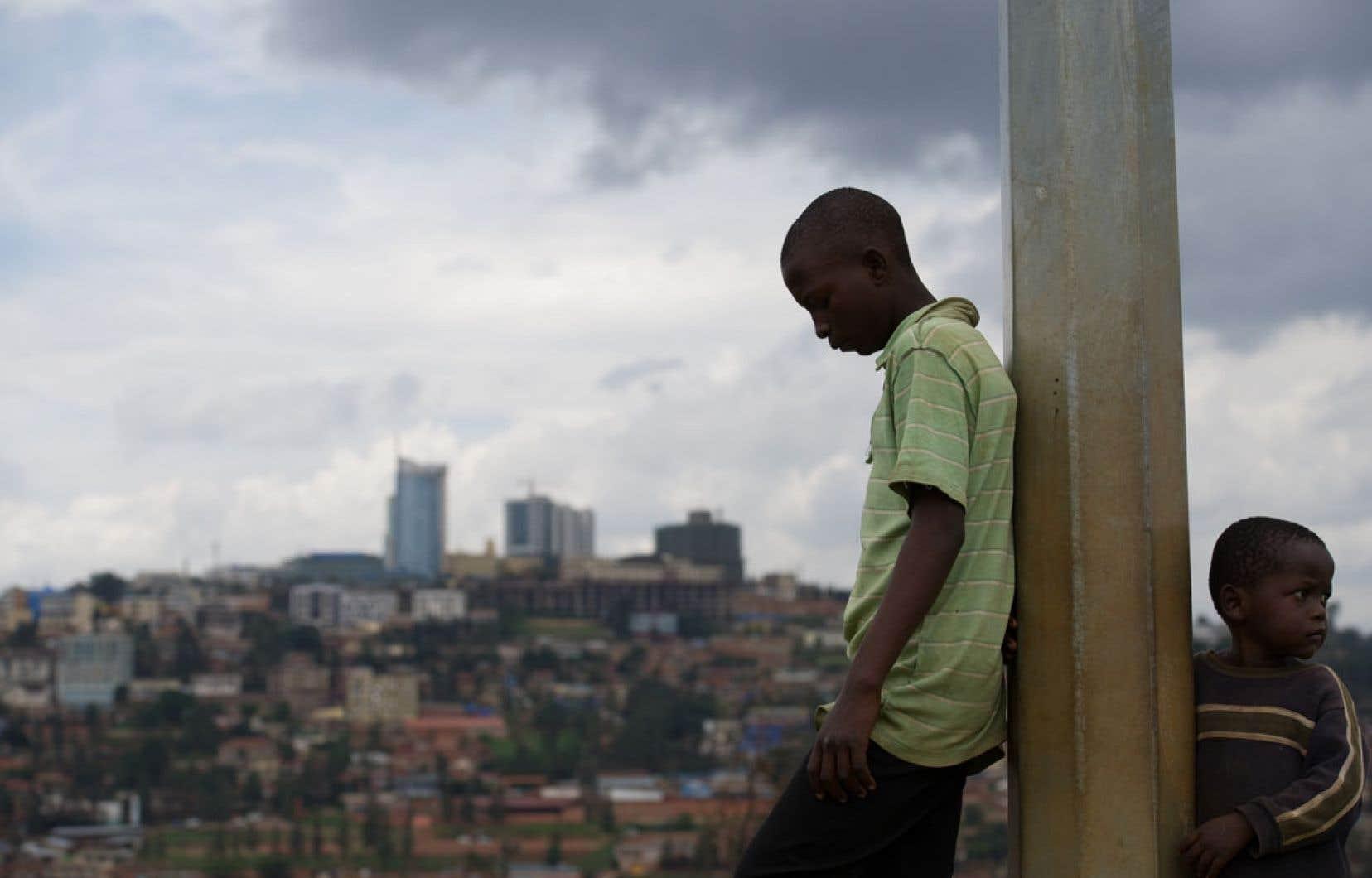 Au Rwanda, le génocide continue de hanter les mémoires de millions de veuves, d'orphelins et de rescapés du massacre.